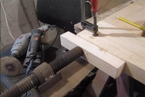 Склеивание элементов двери столярным клеем (фото)