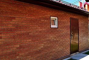 Стены отделанные виниловыми панелями под красный кирпич (фото)
