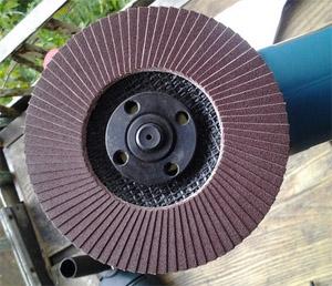 Болгарка со шлифнасадкой в виде диска с наждачной бумагой (фото)